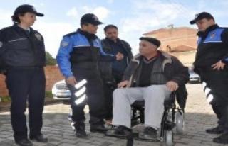 Engellilere Polisin Sürprizi Yüzleri Güldürdü