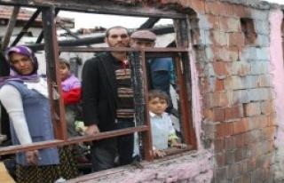 Evi Yanan Aileye Komşuları Sahip Çıktı