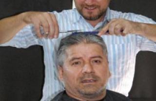 Seçim İddiasını Kaybedince Saçlarını Kestirdi