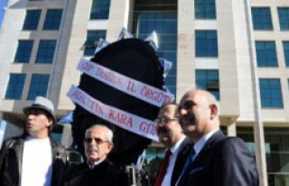 CHP'den Trabzon'da Adliyeye Siyah Çelenk