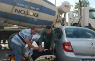 Otomobil Beton Mikserine Çarptı: 4 Yaralı