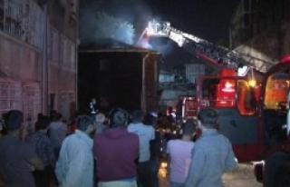 Fatih'te İki Katlı Ahşap Bina Yandı