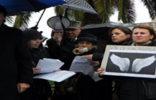Foça'da Yağmur Altında Özgecan Protestosu