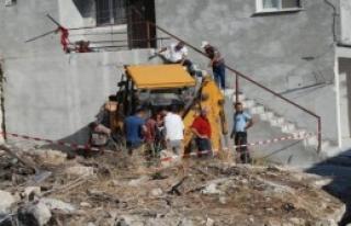 Freni Boşalan İş Makinesi Evin Duvarına Çarptı