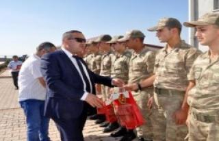 Gazetecilerden Askerlere Bayram Ziyareti