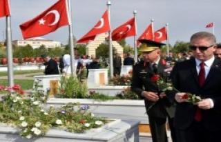 Gaziler Gününde Şehitlere Karanfil