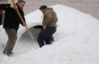 Gençlerin Kardan Çadır Ev Keyfi