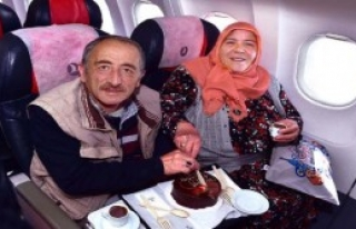 40. Evlilik Yıl Dönümlerini Uçakta Kutladılar