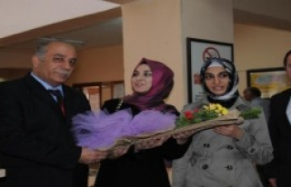 Öğretmenler Çiçeklerle Karşılandı