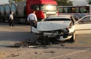 İki Araç Çarpıştı: 12 Yaralı