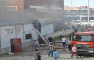İnegöl'de Mobilya Fabrikasında Korkutan Yangın