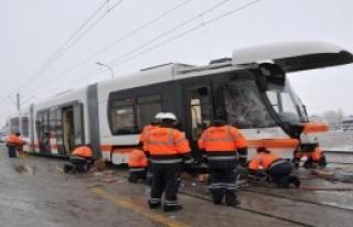 İşçi Servis Midibüsü Tramvaya Çarptı!