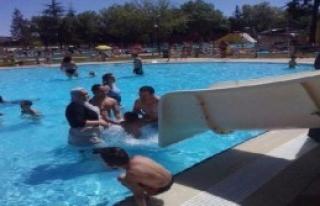 Tesettürle Havuza Girmeye Yasak