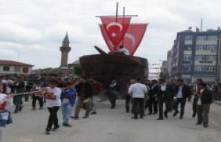 İstanbul'un Fethini Temsili Gemi Çekerek Kutladılar