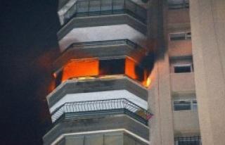 İtfaiye 14'üncü Kattaki Yangında Mahsur Kalan...