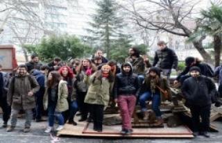 Bir Grup Öğrenciden Bahçe Nöbeti