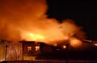 3 Katlı Tarihi Bina Yandı