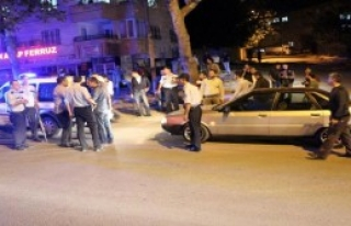 Kavgayı Ayırmak İsteyen Polis Yumrukla Yaralandı