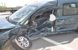 Kavşakta 2 Araç Çarpıştı: 6 Yaralı