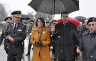 Kosova Cumhurbaşkanı Kışlayı Ziyaret Etti, Silahları...