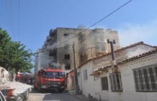 Kuşadası'nda Eski Otel Binasında Yangın