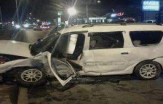 Otomobil Çarpıştı: 1 Ölü, 2 Yaralı