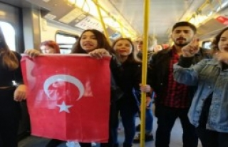 Metroda Karşılıklı Marş Okudular
