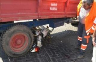 Motosikletle Polisten Kaçarken Traktöre Çarptılar:...
