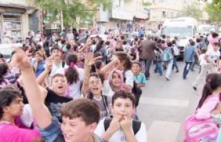 Ortaokul Öğrencileri Yol Kapattı