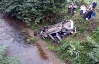 Otomobil Dereye Yuvarlandı:1 Ölü, 2 Yaralı