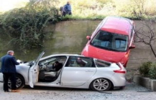 Otomobil, Park Halindeki Otomobilin Üzerine Düştü