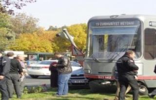 Otomobil, Tramvayla Tabela Arasına Sıkıştı