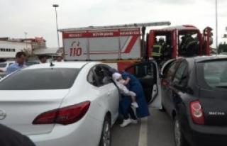 Otomobilde Mahsur Kalan Bebek, Cam Kırılarak Kurtarıldı