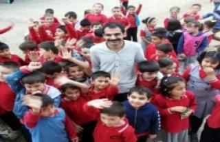 Kazandığı Parayı Köy Okullarına Harcıyor
