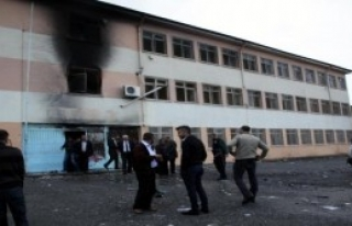 Siirt'te Orta Okulu Ateşe Verdiler