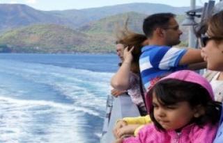 Siviller Askeri Gemilerle Denize Açıldı