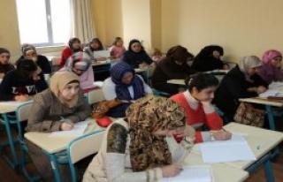 Suriyeli Ve Iraklılar'a Türkçe Kursu