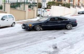 Sürücüler Buz Tutan Yolda Zorlandı