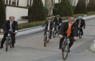 Takım Elbiseyle Bisiklet Sürdüler