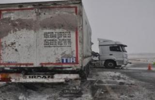 TIR'a Saplanan Bariyeri AFAD Ekibi Çıkardı