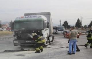 TIR'ın Motor Bölümünde Çıkan Yangın Korkuttu