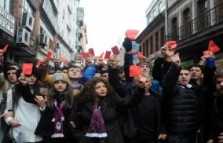 Taraftarlardan Kırmızı Kartlı Yürüyüş