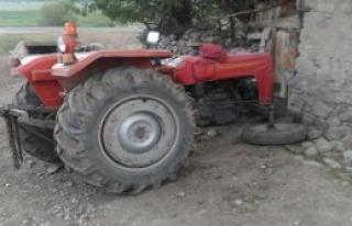 Traktör Duvara Çarptı, Sürücü Öldü