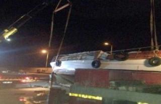 Vinçle TIR'a Yüklenirken Düşen Tekne Hasar Gördü