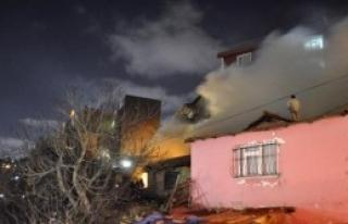 Yangın Aileyi Evsiz Bıraktı