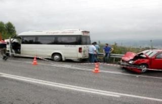 Yolcu Minibüsü, Otomobille Çarpıştı