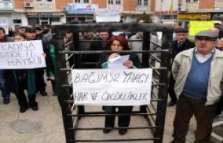 Zile'de Avukatlardan Kafesli Eylem
