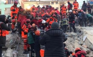 Hamile kadın, depremden 12 saat sonra kurtarıldı