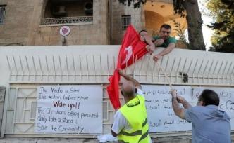 Başkonsolosluğa saldırdılar, Türk bayrağını yaktılar