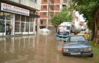 Manisa'da sağanak, yolları göle çevirdi